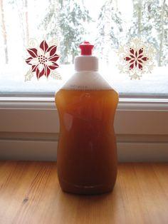 Ez a gyanús kinézetü lötty mosódió héjból készült: 10 héjat törtem össze és főztem 10 percig fél liter vízben, a dobozán levő leírás szerint. Szinte egyáltalán nem habzik, de jól oldja a zsírt, akár a normál mosogatószer.. Hot Sauce Bottles