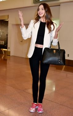 Miranda Kerr Photos Photos - Model Miranda Kerr arrives at Tokyo International Airport in Tokyo, Japan. - Miranda Kerr Arrives in Tokyo Miranda Kerr Outfits, Miranda Kerr Street Style, Model Street Style, Celebrity Look, My Outfit, Fashion Models, Casual Outfits, Fitness, How To Wear