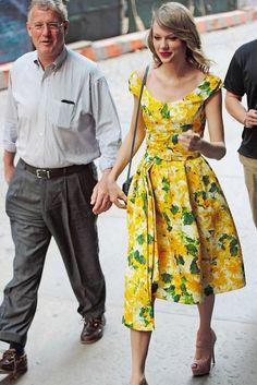 黄色いワンピがかわいいテイラー・スウィフト 父の日に弟を連れて父親とディナーに!