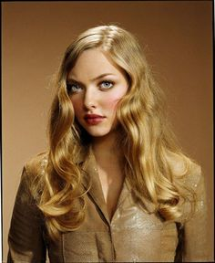Amanda Seyfried style is pretty. She wore a brown leather jacket. By the way, Amanda Seyfried outfits are a beautiful idea for casual wear. Jill Greenberg, Celebrity Moms, Celebrity Pictures, Celebrity Style, Celebrity Portraits, Amanda Bynes, Olivia De Havilland, Amanda Seyfried Photoshoot, Letters To Juliet