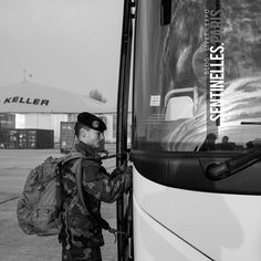 Militaire remontant dans son bus en fin de période Sentinelle.  Photo: @sandrachenugodefroy / Ref:4116-61-0909 #bus #releveOUT #bretigny #Sentinelle #Sentinellesparis #Paris #military #army #milpicture #militarylife #onlymyphotos #France #francephotooftheday #parisstreetphoto #streetphotography #bw #blackandwhite #blackandwhitephotography #bnw #canonphoto