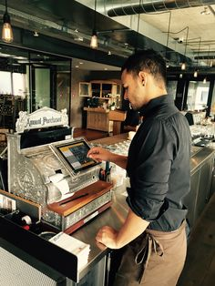 Restaurant NOA, Bern Vintage Style Kasse GASTROFIX mit Service Kellner Vintage Cash Register, Vintage Style, Vintage Fashion, Bern, Madame, Promotion, Ipad, Packaging, Restaurant