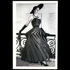 * Robe Cyclone (automne 1948) Christian Dior - photo Acme
