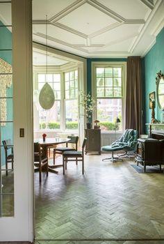 Neem een kijkje in een heerlijk huis in Amsterdam vol contrasten, kleurrijke muren en gaaf meubilair. De styling is het werk van Roelfien Vos.