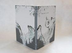 """Projet de création sur le livre de Nathalie Reba """"Grisailles"""", reliure à structure triangulaire pour cahier unique, couverture en box blanc teinté, mosaïques de buffle gris, dorure à l'oeser."""