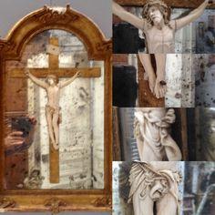 christ finement sculptée encadrement en bois dorée fond miroir . XIX siècle .