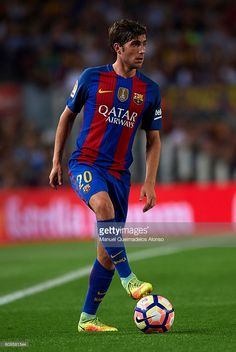 Sergi Roberto of FC Barcelona controls the ball during the La Liga match between FC Barcelona and Atletico de Madrid at Camp Nou stadium on September 21, 2016 in Barcelona, Spain.