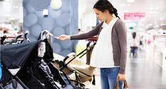 Grávida escolhe carrinho para bebê