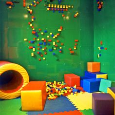 cafe-boobah_lego-wall-at-corner_photo-by-silke-mayer.jpg 800×803 pixels - Lego wall ... definitely for the toy room.