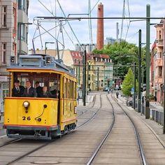 Straßenbahn  #Rostock (hier: Doberaner Platz) Chicago, Train Station, Old Things, Germany, Wanderlust, Street View, Tours, City, Trains