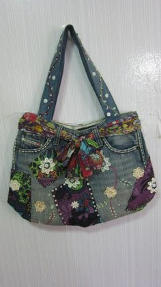 Denim bag from old jeans. Bit much going on here but I like the fabric/scarf belt and random patches :) Artisanats Denim, Denim Purse, Denim And Lace, Denim Bags From Jeans, Jean Purses, Purses And Bags, Sacs Tote Bags, Denim Ideas, Denim Crafts