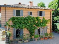 Mai 2020 - Gesamte Unterkunft für LE SCUDERIE: comfortable cosy country house for 9 persons. Magical atmosphere in the heart of Chianti. Beautiful garden and relaxing pool with vie. Hotel Airbnb, Villa, Beautiful Gardens, Cosy, Pergola, Outdoor Structures, Outdoor Decor, Tuscany, Travel Advice