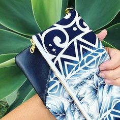 I was so happy when someone asked me to make the navy/blue version of this clutch!! It's so pretty and the Hawaiian vibes make my heart happy!! 💗💗💗 Guys all morning I thought it was Thursday 😂😂 I went to the gym and tried to go to this class I love to take on Thursdays and they informed me it was Wednesday 😆 I didn't believe them 😂 . . . . . #etsy #customorder #hawaiinstyle #triballove #tribalclutch #navyandwhite #itcallsme #resortwear #islandstyle #islandvibes #leatherclutch…