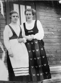 Käkisalmen kansallispuku (vasemmalla), 1930-luku