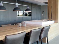 Binnenkijken interieur: Keuken met kookeiland en tafel in verlengde New Homes, Table, House, Inspiration, Furniture, Design, Home Decor, Kitchens, Google