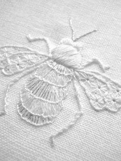 Abelha bordada em branco Hand Embroidery Stitches, Silk Ribbon Embroidery, White Embroidery, Embroidery Techniques, Cross Stitch Embroidery, Embroidery Patterns, Machine Embroidery, Vintage Embroidery, Hand Stitching