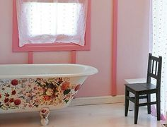 An absolutely beautiful floral pattern adorned claw foot bathtub. #tub #bathtub #claw_foot #floral #Victorian #shabby #chic #pink #home #decor