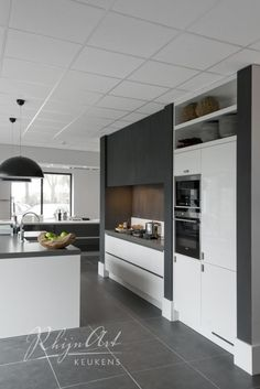 Projecten | RhijnArt Keukens uit Kesteren Grey Kitchen Floor, Kitchen Flooring, Kitchen Dining, Kitchen Decor, Two Tone Kitchen Cabinets, Kitchen Cabinet Layout, Plafond Design, Shelf Furniture, Best Kitchen Designs