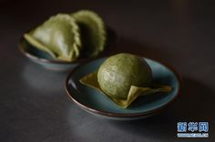Qingtuan, a traditional taste for the Qingming Festival  April 4 this year marks the traditional Chinese Qingming Festival, also known as Tomb-Sweeping Day. During the festival, people in east China like to eat Qingtuan, a sweet green rice dumpling. In the past, it was used to worship ancestors, but nowadays people eat it as a fresh festive food.  The custom of preparing Qingtuan and other offerings dates back to the Zhou Dynasty over 2,000 years ago.