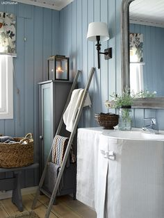 decordemon: A Swedish cottage in delightful colors Swedish Home Decor, Scandinavian Cottage, Swedish Cottage, Swedish Interiors, Swedish House, Cottage Interiors, Cottage In The Woods, Cottage Style, Chic Bathrooms