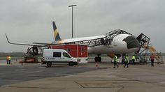 Ein Airbus A321 wurde am Flughafen Schönefeld von einem Flugzeugschlepper gegen einen Lichtmast gezogen. Die Maschine wurde schwer beschädigt, ein Techniker leicht verletzt. | A Condor A321 got pulled badly by a tow tractor driver  at SXF airport and hit a light-pole at 0300am on December 2nd.
