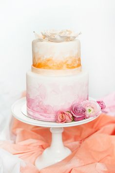 Pastel de bodas con decoración de acuarelas. http://bodatotal.com/