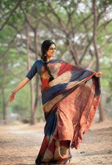 crushing Kalamkari Kurti, Cotton Sarees Handloom, Shibori Sarees, Simple Sarees, Trendy Sarees, Fancy Sarees, Kerala Saree Blouse Designs, Velvet Saree, Plain Saree