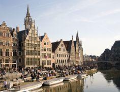 De Graslei. Een straat in het historische centrum van Gent, die aan de rechterkant van de oever ligt. Vanaf de 11de eeuw vonden de handelsactiviteiten langs deze kades plaats en was dit de haven van de stad. De huidige bebouwing is nog steeds een overblijfsel uit die tijd. #Gent #stedentrip #Vlaanderen
