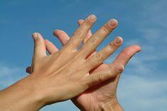 Los beneficios del aceite de almendras para las manos secas y  las uñas frágiles