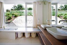 Das Bad öffnet sich zu einem geschützten Gartenhof, den man aus der Badewanne auf Augenhöhe erlebt. | LOVE architecture and urbanism © Sonja Schuller, Graz