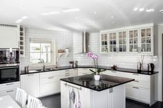 Tips att gra p dejt Home Decor Kitchen, Rustic Kitchen, Kitchen Furniture, Kitchen Interior, Interior Design Living Room, Black Kitchens, Home Kitchens, Kitchen Black Counter, Cocinas Kitchen