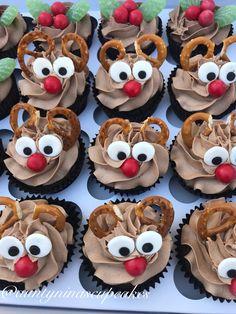 Reindeer cupcakes Christmas Cupcakes Decoration, Holiday Cupcakes, Holiday Treats, Xmas Desserts, Christmas Deserts, Christmas Cakes, Deco Cupcake, Cupcake Cakes, Holiday Baking