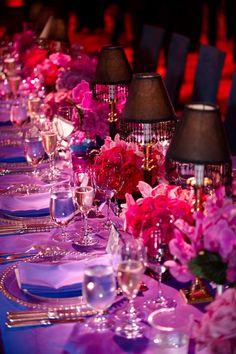 Mesa en tonos lilas y negro. So elegant