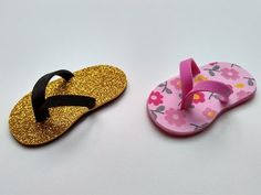 love this tutorial for these cute slippers (aka flip flops). sand and seashells would be great on them, too! Cd Crafts, Foam Crafts, Baby Shower Souvenir, Doll Shoe Patterns, Bible Study For Kids, Cute Slippers, Ribbon Work, Diy Home Decor Projects, Baby Girl Shoes