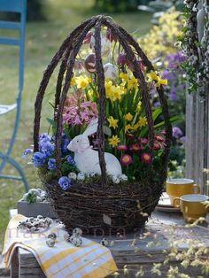 Beautiful centerpiece for Easter Easter Flower Arrangements, Floral Arrangement, Easter Parade, Deco Floral, Easter Celebration, Hoppy Easter, Easter Holidays, Vintage Easter, Easter Wreaths