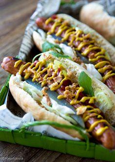 Kuumat koirat eli hot dogit itse tehdyillä sämpylöillä. Ihana suolainen välipala tai vaikka iltaherkku.