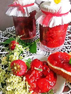 Gosia gotuje: Dżem truskawkowy z kwiatami czarnego bzu