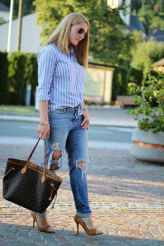 White Blue Blouse via H&M / Louis Vuitton Neverfull Bag / Brown Heels via Schuhtempel24 / Boyfriend Jeans via H&M / Sunglasses via Ray Ban Aviator / Golden Ring / Summer Look / Edgy / Bussines Look /