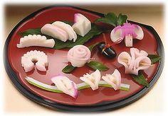 蒲鉾の飾り切りは、バリエーション豊か。 その中でもおせちに添えたい飾り切りを紹介します。