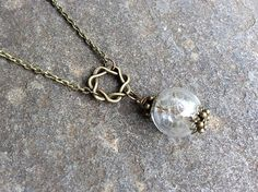 This is a cute, real Dandelion Seed necklace in a glass wish orb and attached to a antique bronze chain. The lenght is customizable. The necklace will arrieve your home in a cute gift wrap