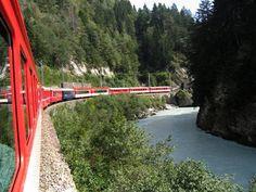 El Glaciar Express circuló por primera vez en 1930, y conecta las estaciones de los importantes centros de montaña de Saint Moritz y Zermatt, en los Alpes suizos. El tren lo gestionan conjuntamente Matterhorn Gotthard Bahn (MGB) y el Ferrocarril Raético (RhB). Durante gran parte del viaje pasa por los parajes conocidos como Ferrocarril Rético en Albula y Bernina, declarados Patrimonio de la Humanidad en 2008.  El viaje del Glaciar Express dura siete horas y media, y cruza 291 puentes y 91…