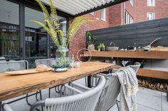 Small Courtyard Gardens, Small Courtyards, Back Gardens, Ideas Terraza, Pallet Garden Furniture, Outdoor Dining, Outdoor Decor, Modern Garden Design, Garden Planning