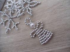 Vánoční+andílek+stříbrný+Vánoční+andílekstříbrný,je+ozdoba+na+stromeček+či+jiná+vánoční+dekorace.Užijte+si+Vánoce.+Vyrobena+z+plastovýchperel+o+průměru+4mm,+drátek,+měkký+průměr+0,3+mm.+Rozměry+-+34+x+60+mm.+Hmotnost+-+2g.+Info+o+ceně+-+59,-Kč/2+g.