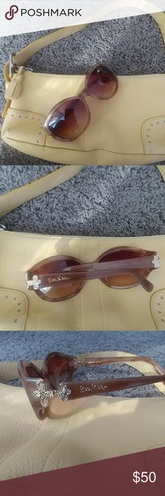Lilly Pulitzer Sunglasses Super cute Lilly Pulitzer Sunglasses. In good shape 2 tiny scratches on left lens Lilly Pulitzer Other