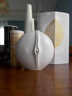 Modernist White Vase from Hutschenreuther from MidCenturyFLA White And Gold Decor, White Vases, Porcelain Vase, White Porcelain, Minimalist Home Decor, Vintage Vases, Op Art, Ceramic Pottery, Mid-century Modern