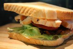 Club szendvics Goulash, Hot Dog Buns, A Food, Hamburger, Spicy, Bacon, Sandwiches, Dinner Recipes, Dishes