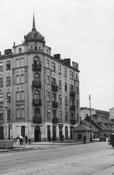 Warszawa - przedwojenna ulica Wolska Old Photographs, Beautiful Buildings, Warsaw, Poland, Old Things, Louvre, Street View, Black And White, City