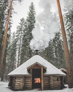 Want to experience the goodness of living in a country-style house and away from the city, and if you love hands-on, log cabin kits is the solution. Snow Cabin, Winter Cabin, Cozy Cabin, Cozy Winter, Log Cabin Living, Log Cabin Homes, Log Cabins, Studio Decor, Tiny House Cabin