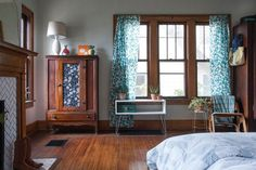 The Lovely Side: Old House Inspiration: Unpainted Wood Trim Stained Wood Trim, Decorating Small Spaces, Decorating Ideas, Decor Ideas, Wood Ideas, Reno, Eclectic Decor, Eclectic Bedrooms, Eclectic Furniture