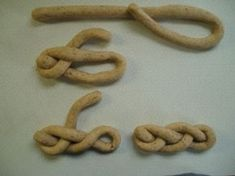 how to plait a mohnflesserl Challah, Plait, Holiday Tables, Table Centerpieces, Biscotti, Food Art, Sausage, Good Food, Food And Drink